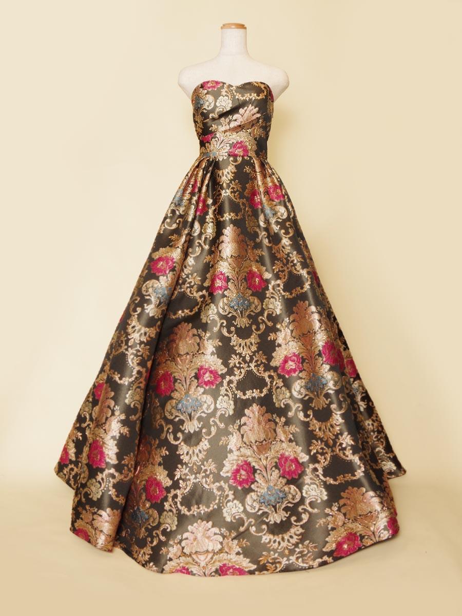 ブラック×ゴールドベースの差し色にレッドやブルーの刺繍を織り交ぜた高級感のある輝きを持った演奏会ドレス