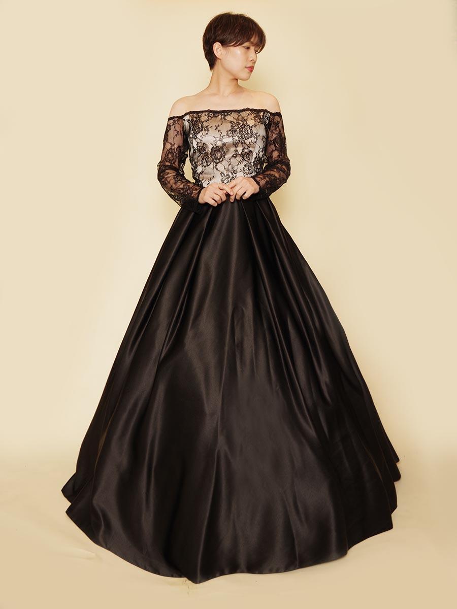 肩出しオフショルダーの大人っぽい装いを作り出せるブラックロングドレス