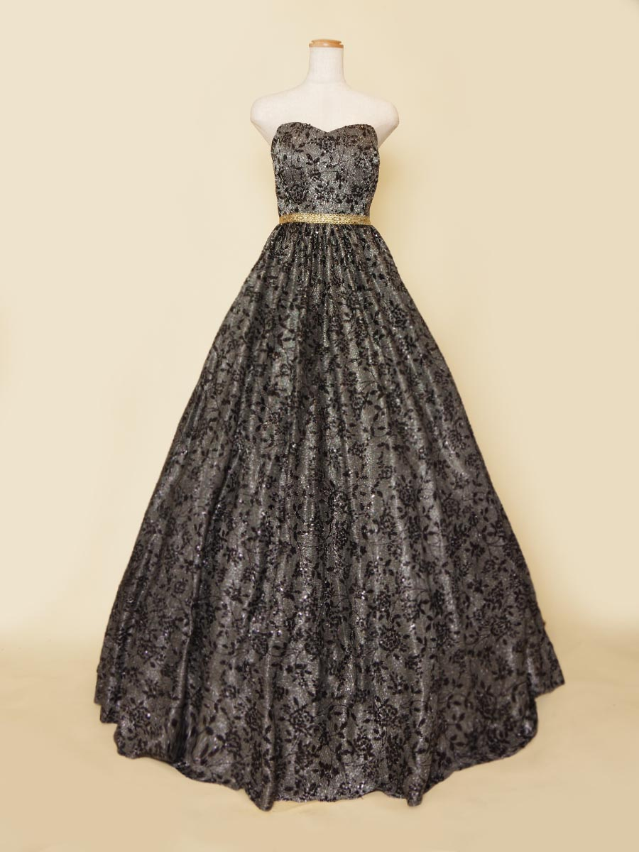 スパンコールとグリッターを組み合わせた輝きの強さがひと際目を引くブラックステージドレス