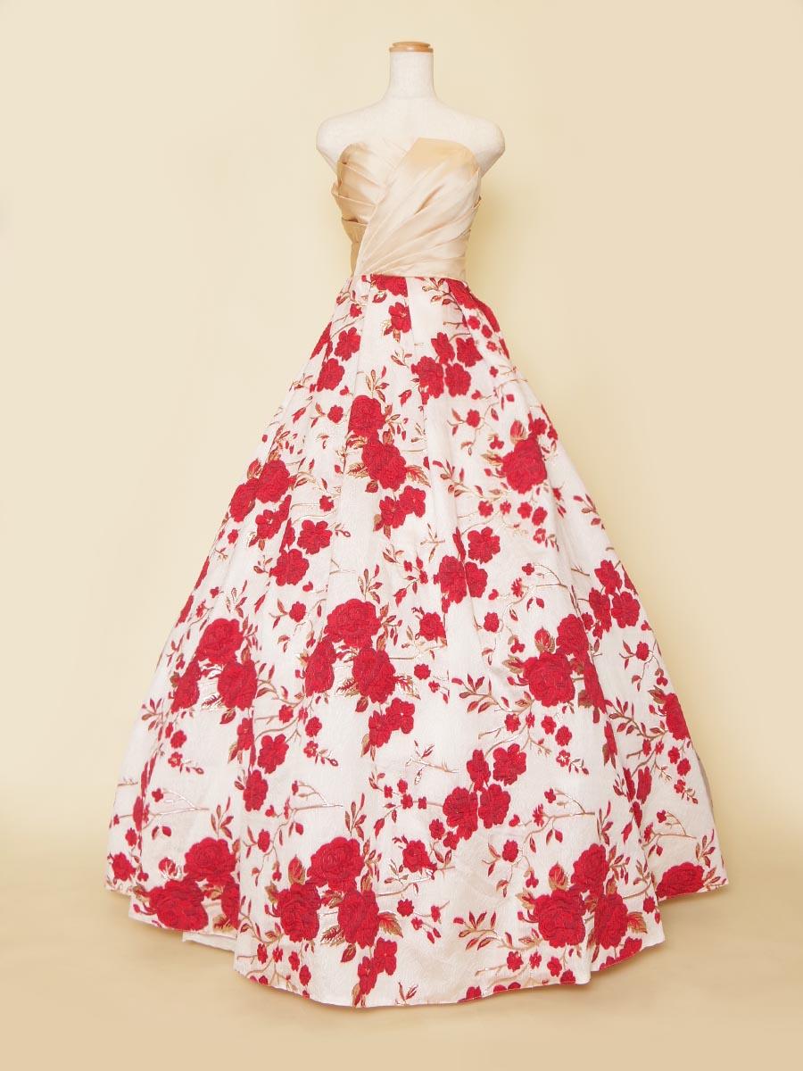 トップベージュとレッド×ホワイトの花柄刺繍スカートを合わせた華やかな演奏会ロングドレス