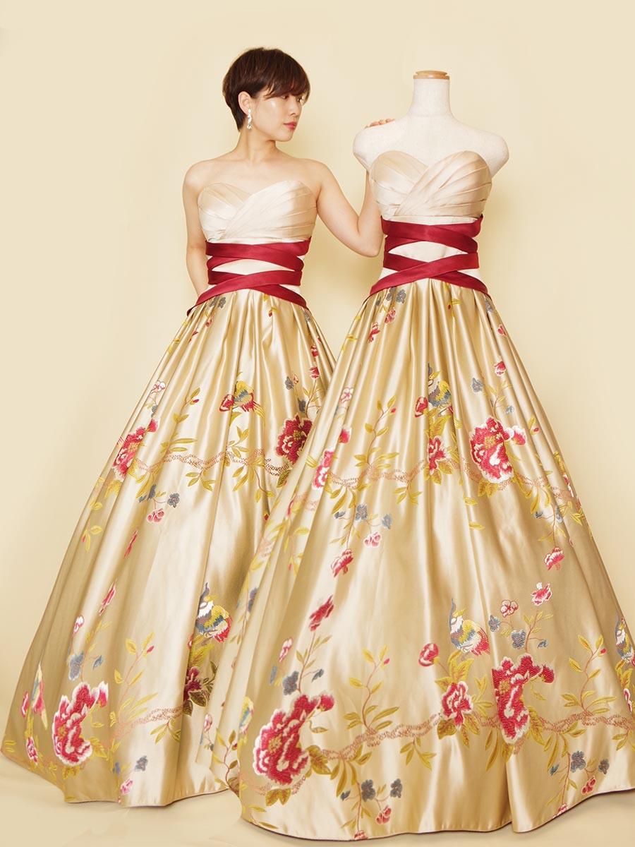 クロスウエストデザインの光沢感のあるジャガード生地の色味が美しいレッド×ベージュの演奏会ロングドレス