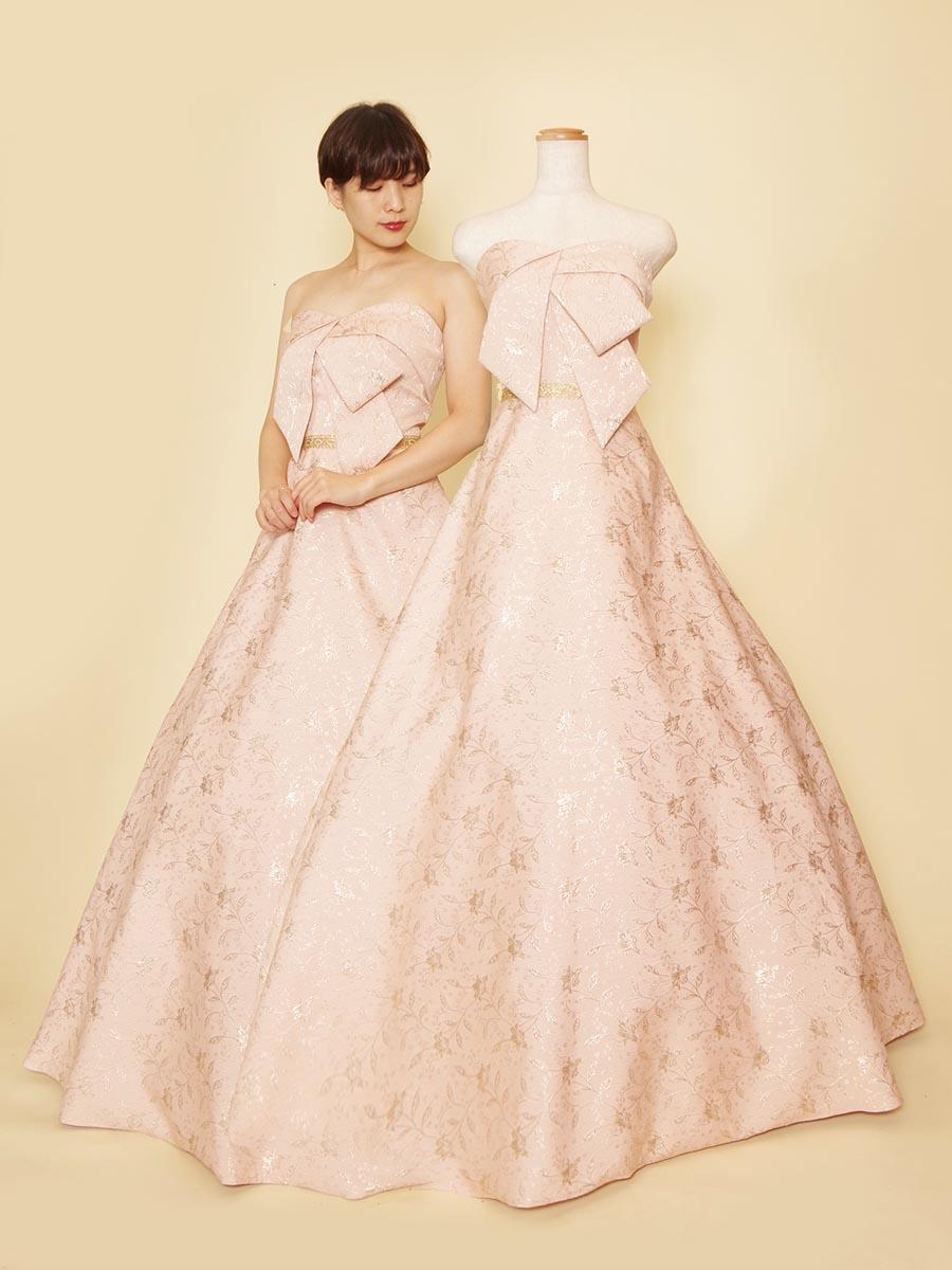 胸元のクロスタックデザインとジャガード生地が個性的なパステルピンクカラードレス