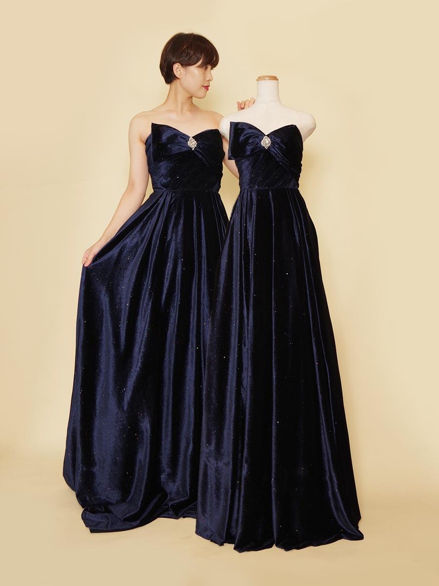 細かなストーンが散りばめられたネイビーベロア生地の女性らしい滑らかスレンダーロングドレス