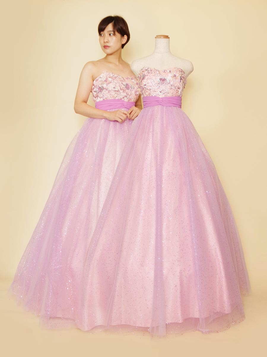 立体感を感じる優しいピンクとパープルの美しい組み合わせのキラキラチュールドレス