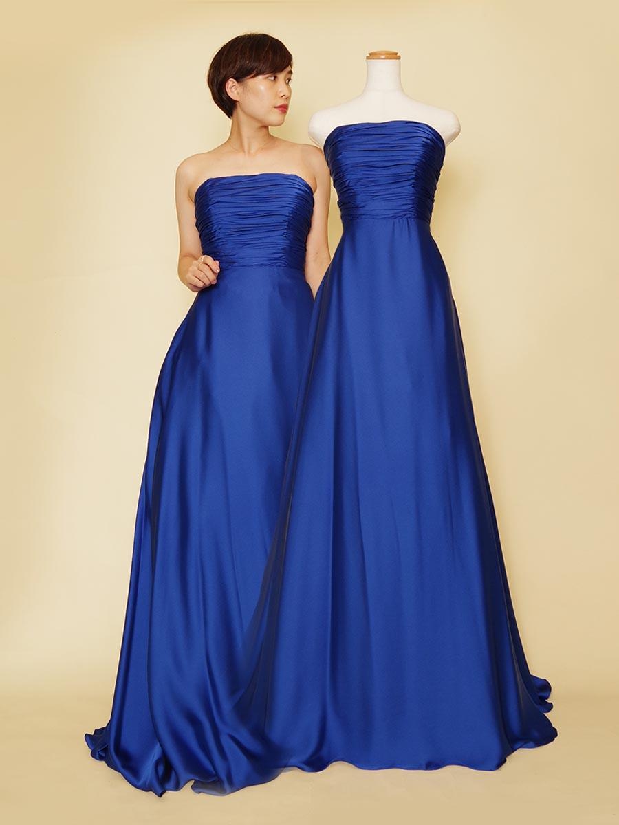 光沢感のあるサテン生地が美しい上品なロイヤルブルーのドレス