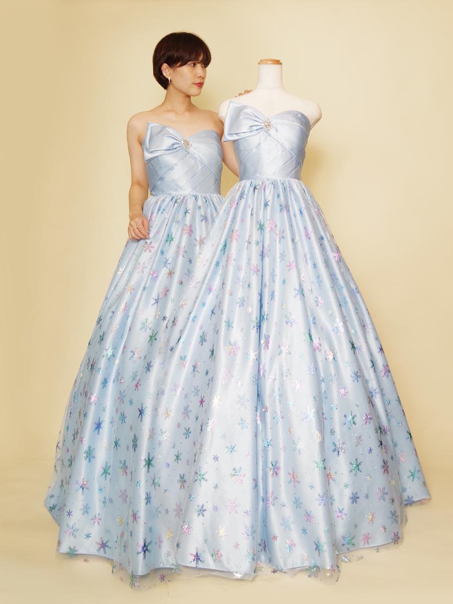 ソフトな色合いのスカイブルーとカラフルな輝きを持ったチュールスカートを組み合わせた演奏会ロングドレス