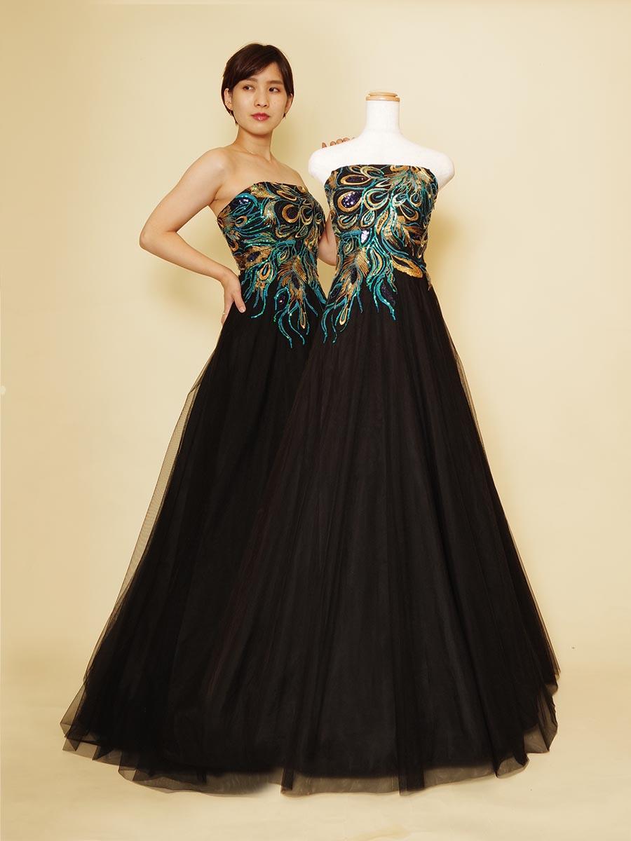 ブラックベースに華やかな孔雀モチーフを使用したAラインステージドレス