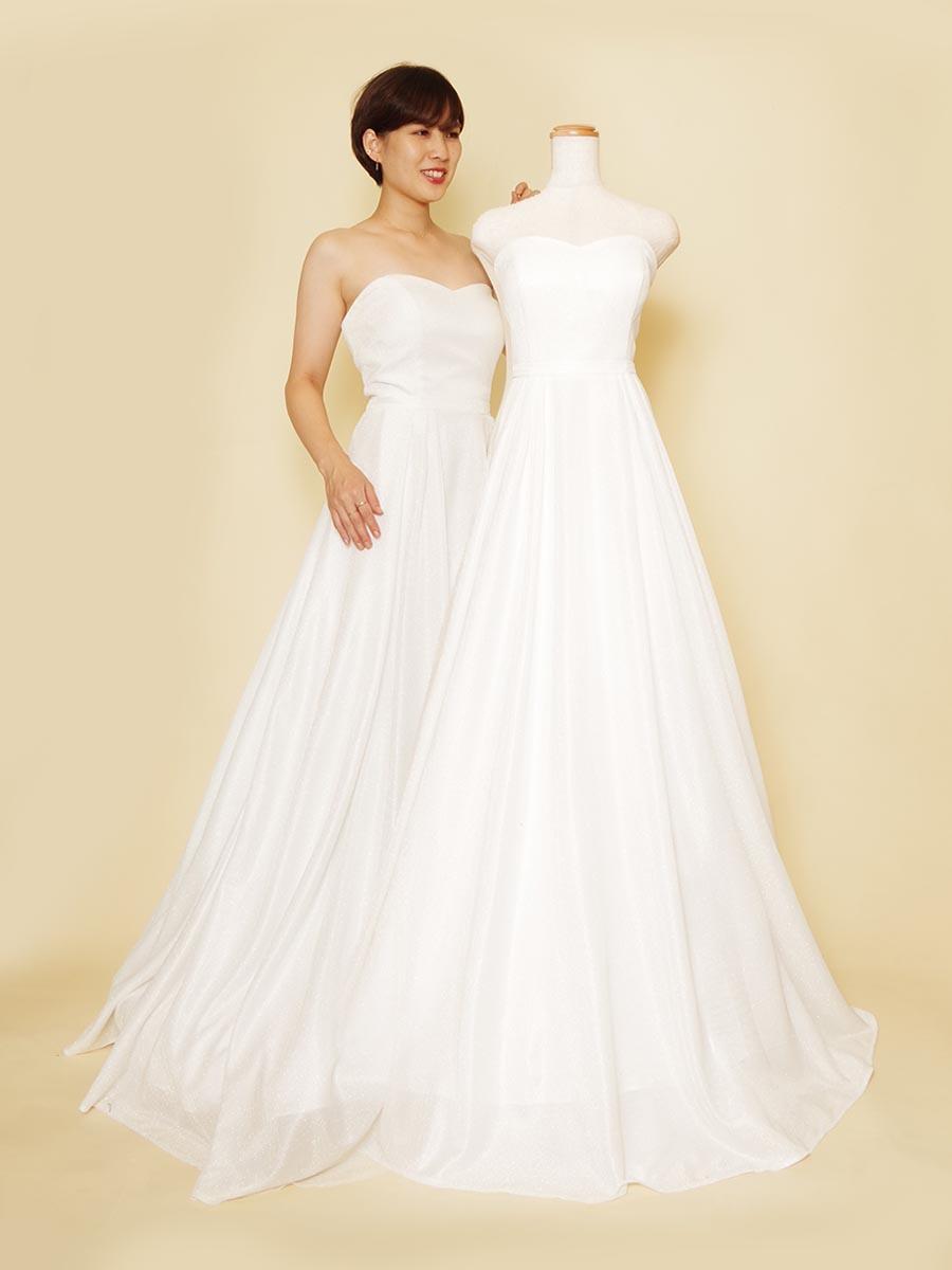 ウエディングにもおすすめの宝石のように輝くオーロララメのホワイトカラードレス