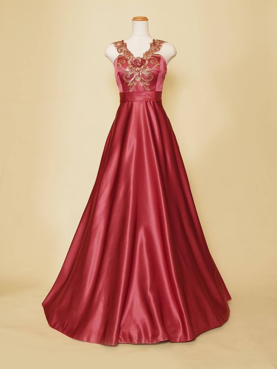 エレガントなシルエットの胸元レースのフーシャパープルスレンダードレス