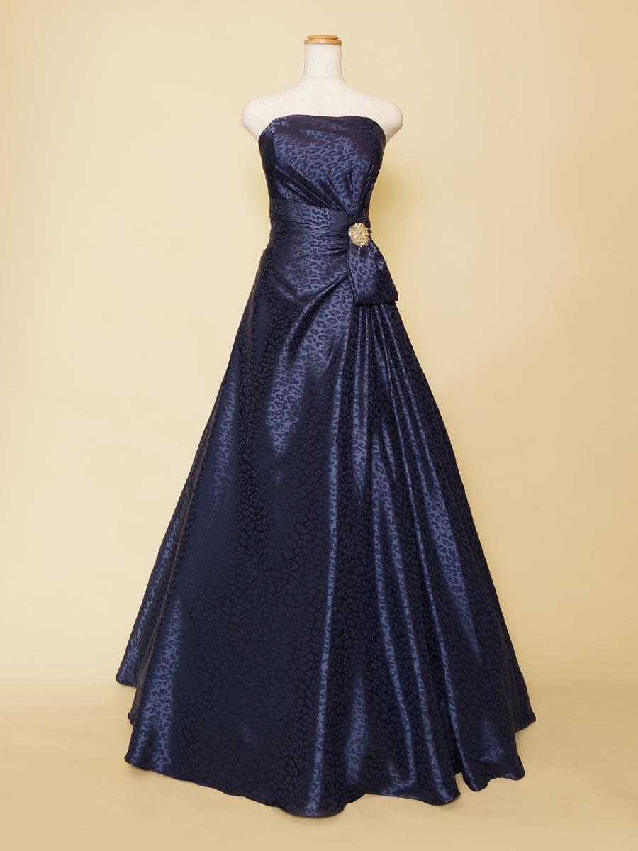 ヒョウ柄×ネイビーが女性らしさを引き出してくれる演奏会用ドレス