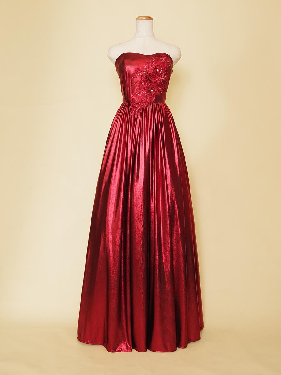 ストレッチが効いた滑らかレッドメタリック素材のスレンダードレス