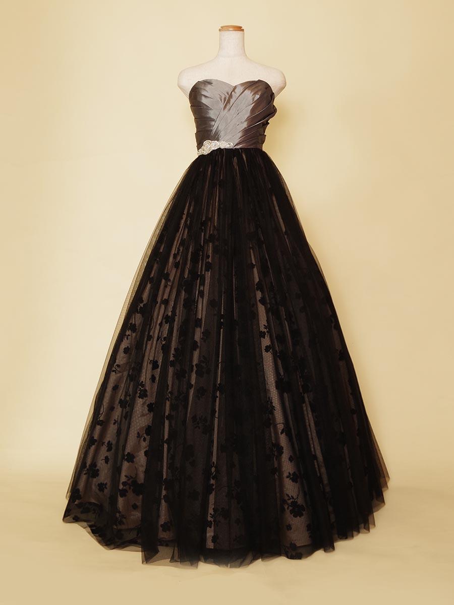 シルバーのタフタと黒の花柄チュールスカートがエレガントなステージドレス