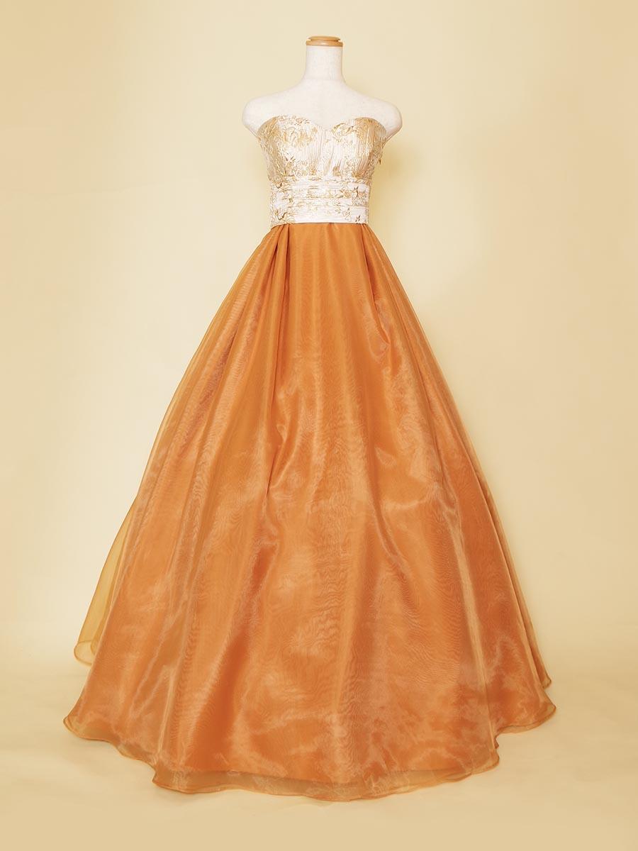 キャラメル色のオーガンジーのスカートがボリュームのある大人っぽさを演出するステージドレス