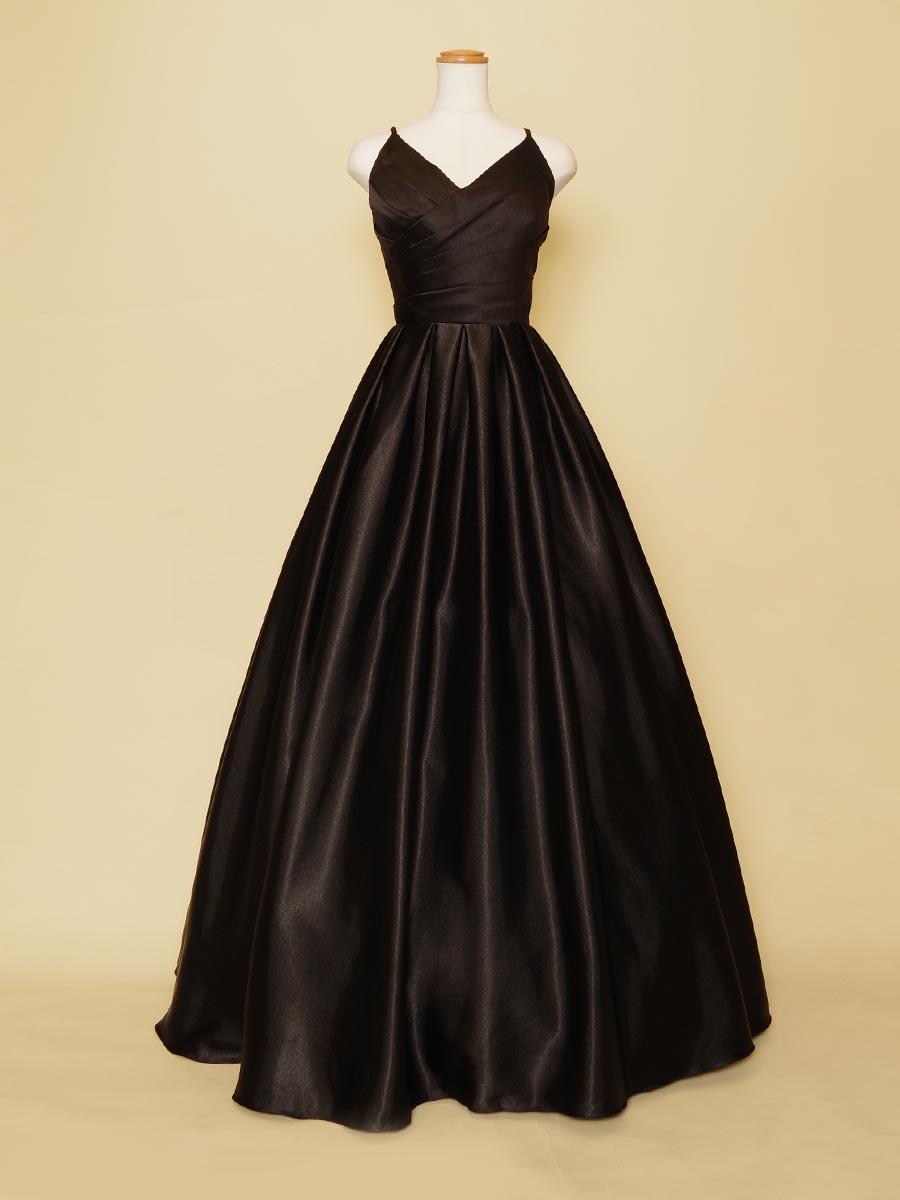 サテンの艶と胸元デザインがセクシーな伴奏者におすすめのブラックロングドレス