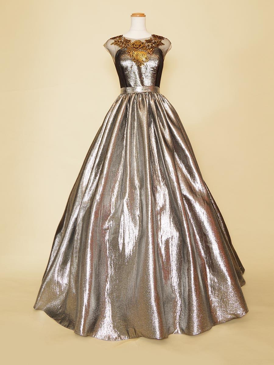 メタリックシルバーに胸元ブロンズフラワーモチーフをあしらった肩袖付きデザインのシックな雰囲気のステージロングドレス