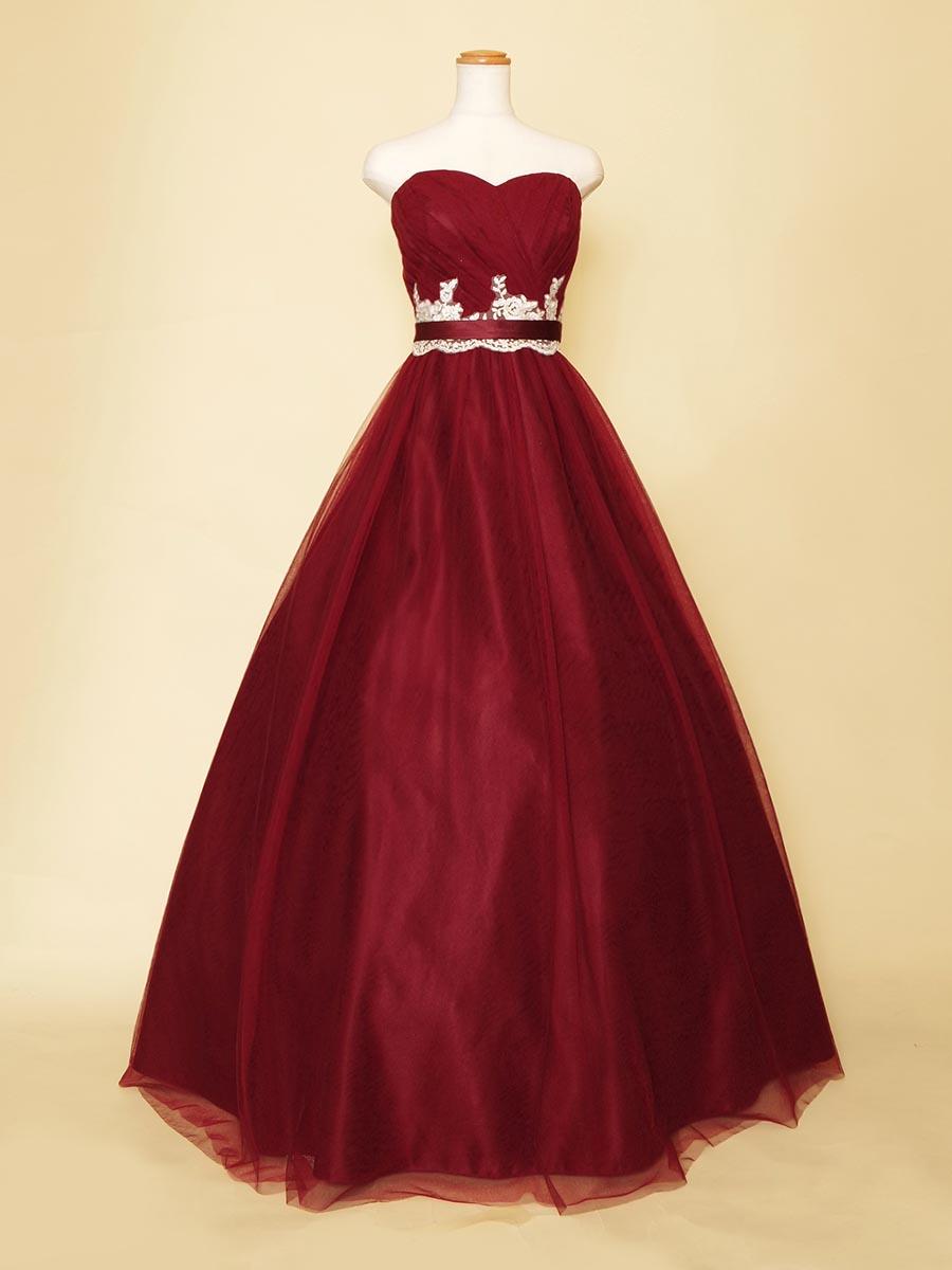 ボルドーワインカラーのボリュームチュールが大人っぽく豪華なホワイトウエストモチーフドレス