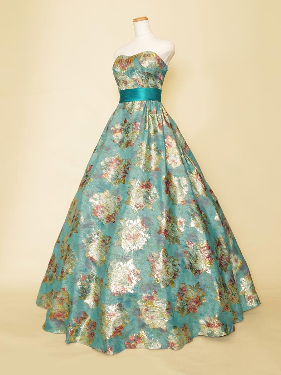 エメラルドグリーンの水彩画模様のジャガードが鮮やかなコンサートドレス