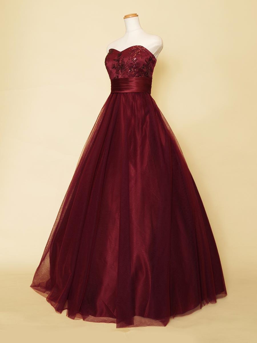大人びた深みのワインレッドカラーに上品な胸元の輝きを持たせたシックなAラインドレス