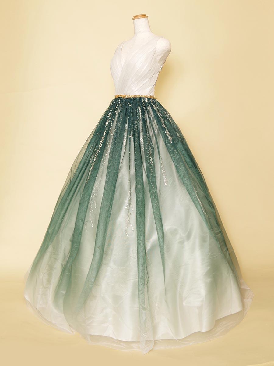 グリーンのグラデーション刺繍スカートとホワイトカラーの肩袖デザインが上品さのある袖付きボリュームドレス