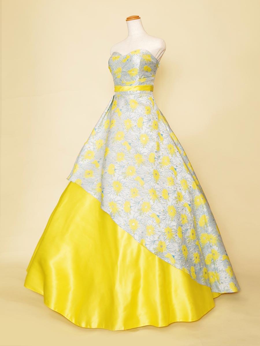 水色にイエローカラーのお花ジャガードが主役級の存在感があるオーバースカート風ドレス