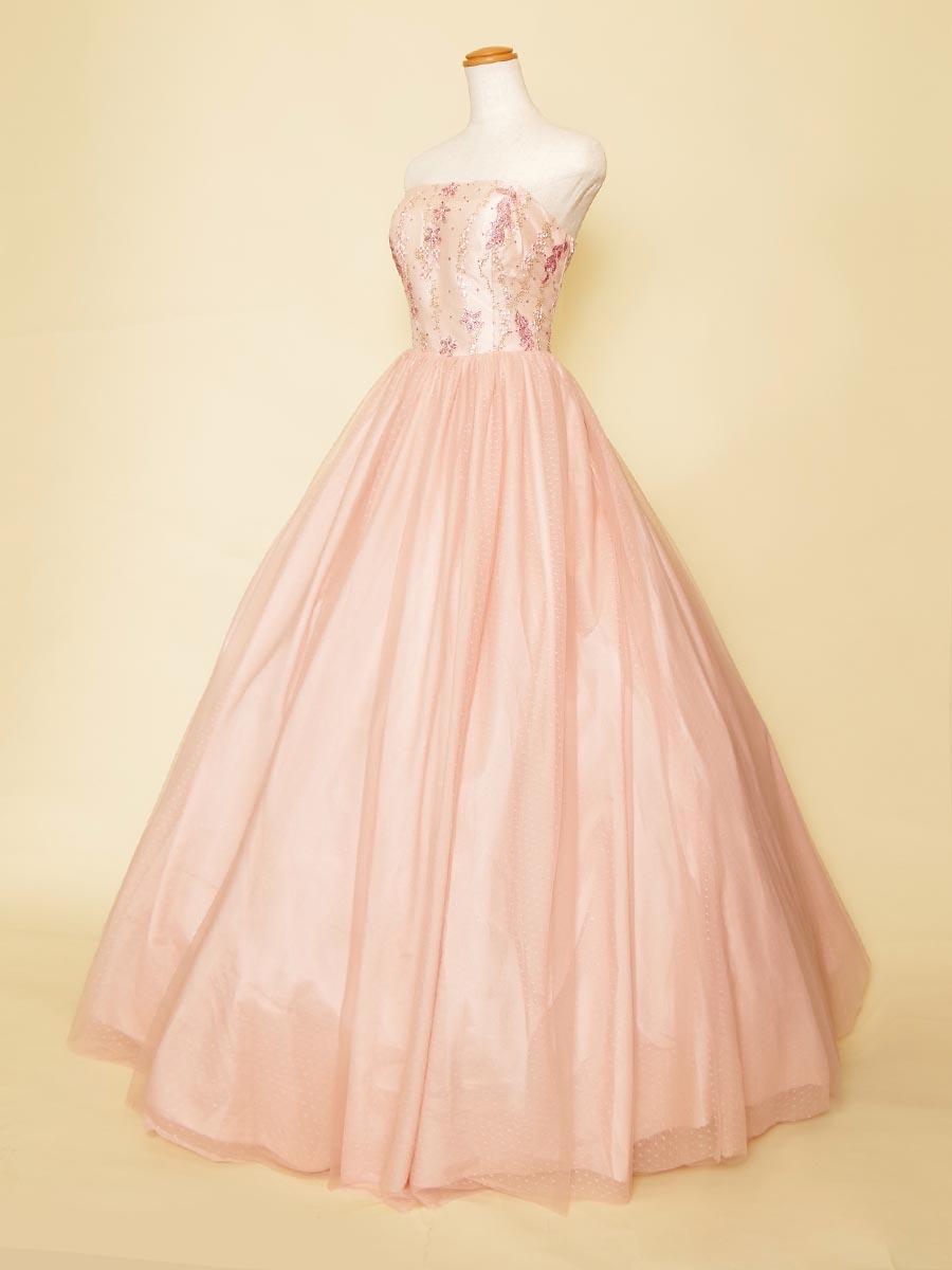 ベビーピンクのドット柄スカートとラインストーン入り刺繍が可愛らしさを演出する演奏会ボリュームドレス