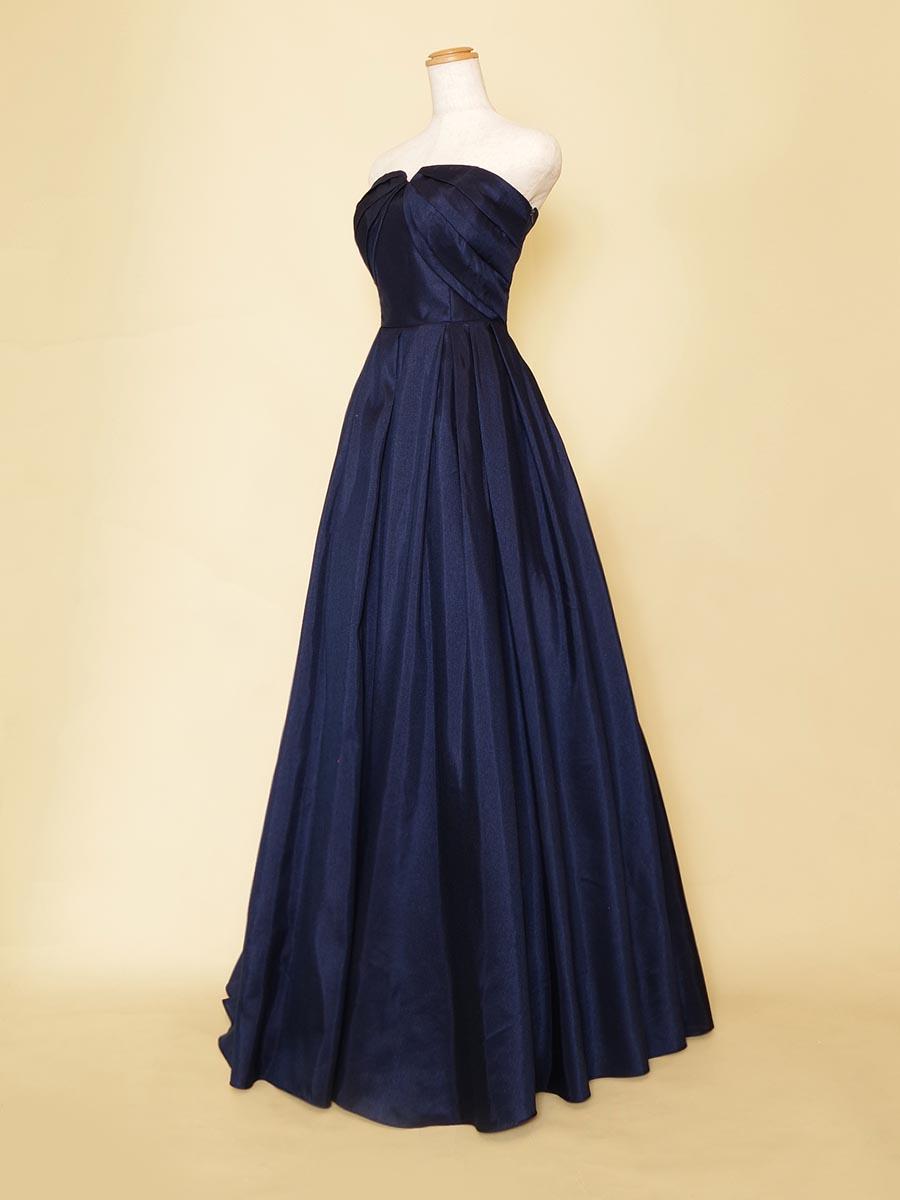ネイビーシンプルシャンタン素材を使用した胸元Vカットデザインのスタイリッシュロングドレス