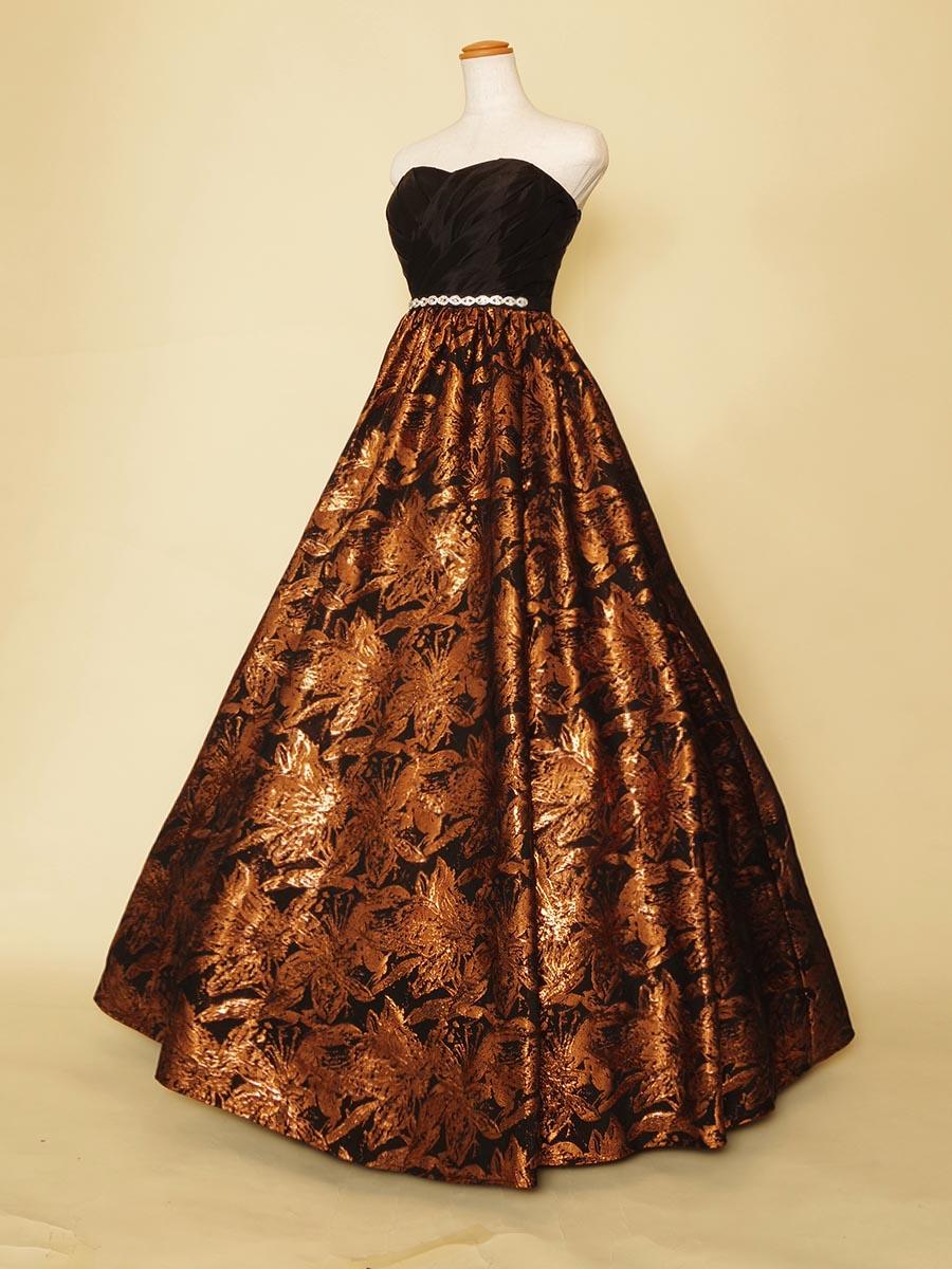 コッパージャガードがお洒落な存在感を放つ大人の雰囲気満点の演奏会ドレス