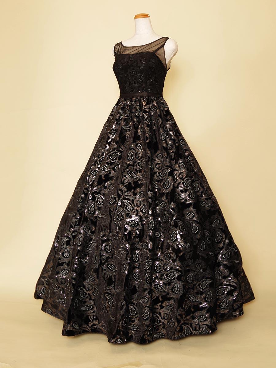 ブラックの生地にシルバースパンコールの輝きが映える肩袖付きリサイタルコンサート向けロングドレス