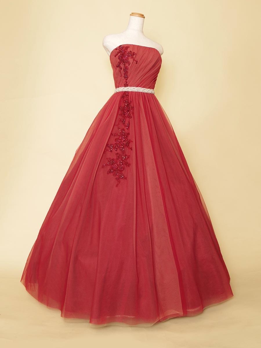 ローズレッドピンクカラーの胸元からスカートにかけて流れるようにビーズ刺繍を施した演奏会Aラインドレス