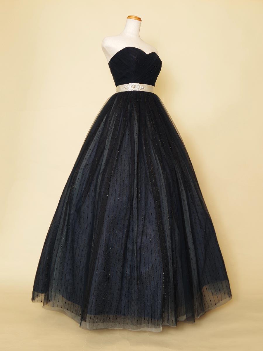 ネイビーブラックカラーベースにストライプゴールドチュールが高級感を醸し出す演奏会用ドレス