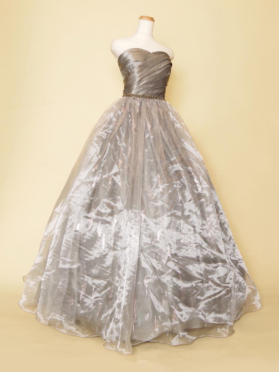 シルバーカラーのオーガンジースカートが大人な女性を演出してくれるクラシックドレス
