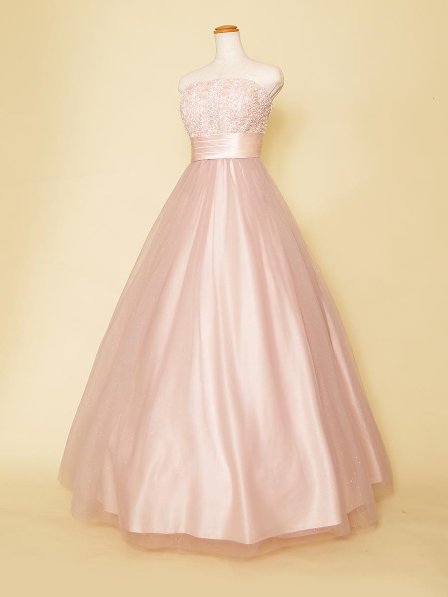 ピンクカラーのラメチュールスカートと胸元フェザーの異素材ミックスのスレンダードレス