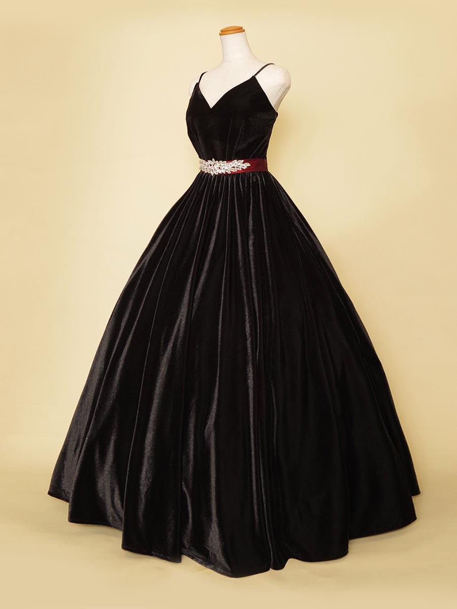 ブラックベロアにワインレッドのリボンデザインとシルバーストーン装飾を組み合わせた演奏会ロングドレス
