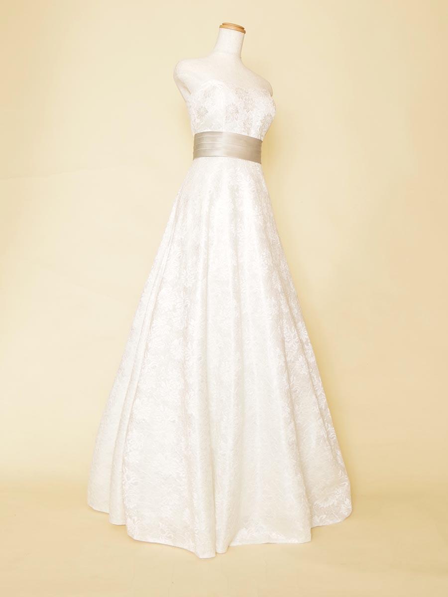ホワイトベースのオーロラ色ジャガードが高級感をもたらすスレンダードレス