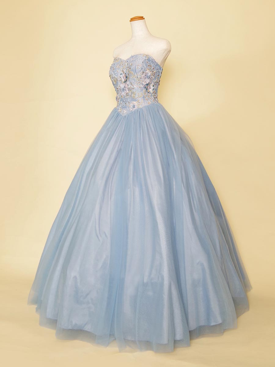 花のモチーフとウエストV字カットがビスチェ風なアイスブルーの演奏会ドレス
