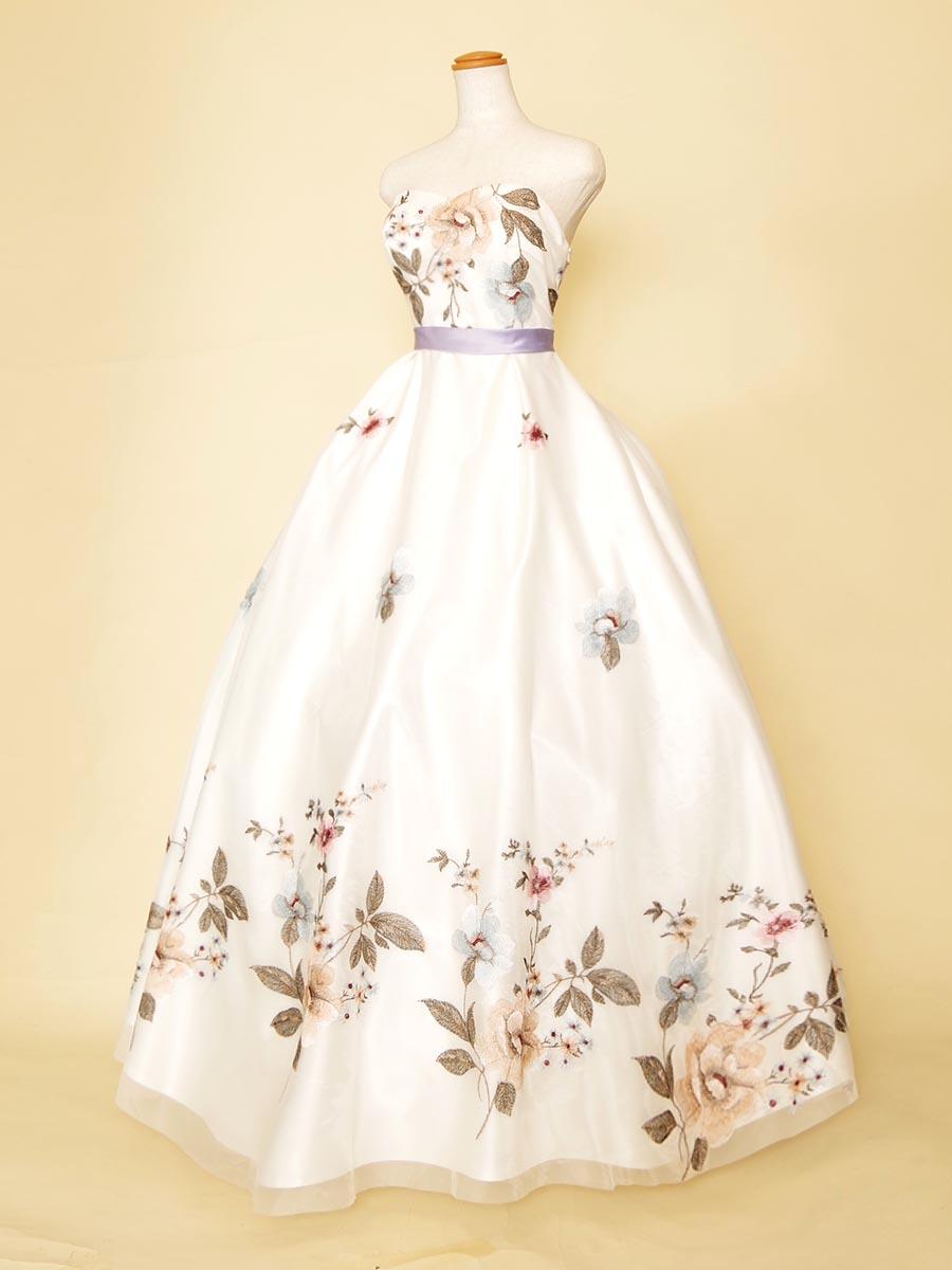 アジアンテイストな大判フラワー刺繍が美しさを織りなすホワイトカラーのステージドレス