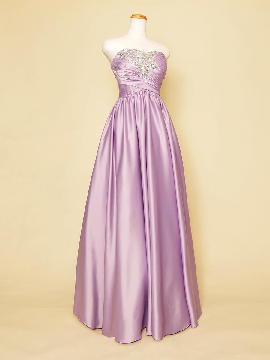 シルバーのゴージャスな装飾とライラックの滑らかな光沢が大人感のあるコンサート向けスレンダードレス