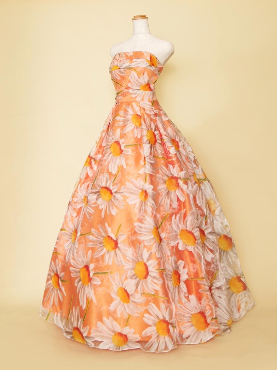ポップでキュートな雰囲気の大きなフラワープリントが印象的なオレンジカラードレス