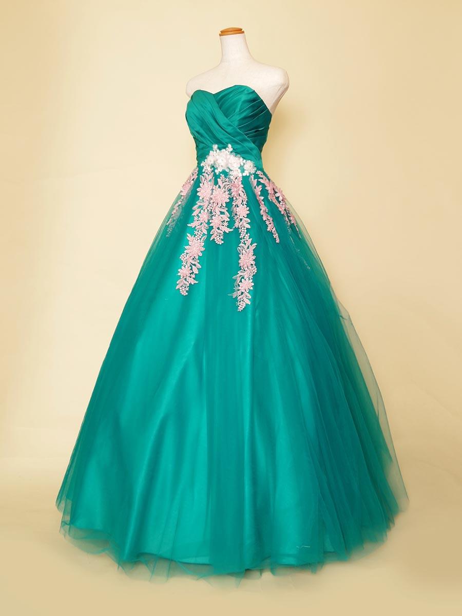 ディープグリーンのチュールスカートに流れるようにフラワーの刺繍を施したボリューム演奏会ドレス