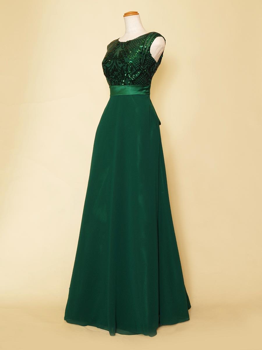 胸元の大人びたグリーンスパンコールの輝きが目を引く肩袖付きデザインの演奏会スレンダードレス