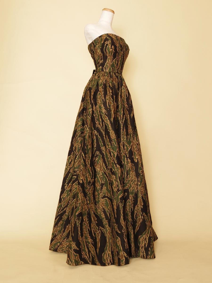 迷彩柄の独創的な雰囲気を演出できるスレンダーステージドレス