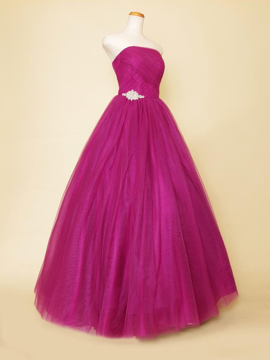 鮮やかなグレープカラーと宝石のように煌びやかな装飾が存在感のある演奏会ドレス