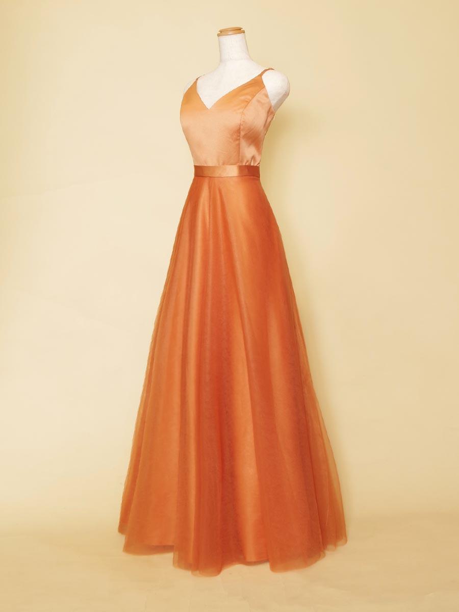 ヌーディーなオレンジブラウンがエレガントな室内演奏会向けスレンダードレス