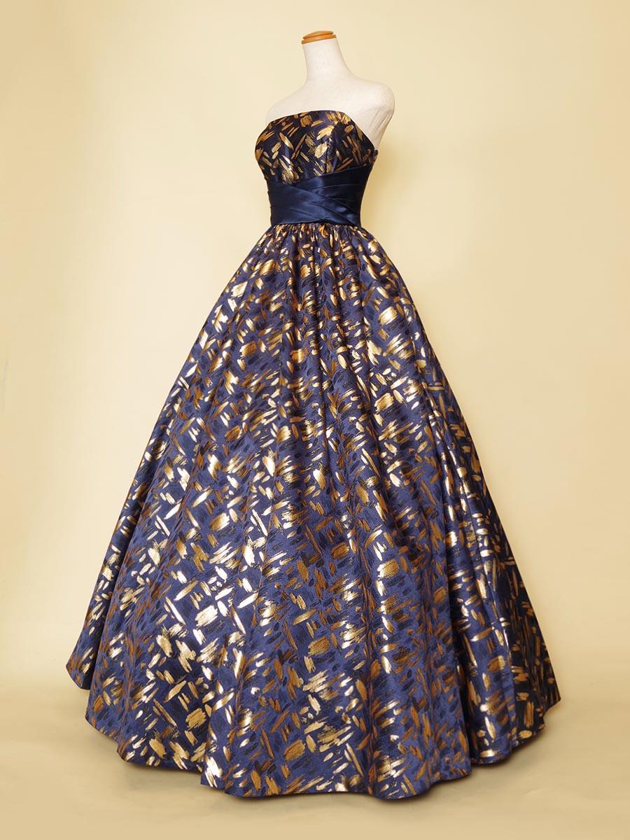 エレガントでゴージャスな装いのゴールド×ネイビーカラーのゴージャスラインドレス