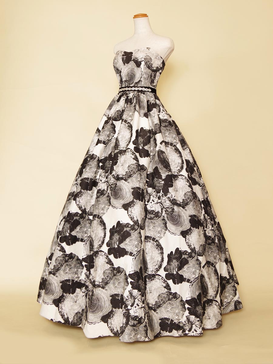 モノトーンのシックな雰囲気漂うブラックプリントのボリューム演奏会用ドレス