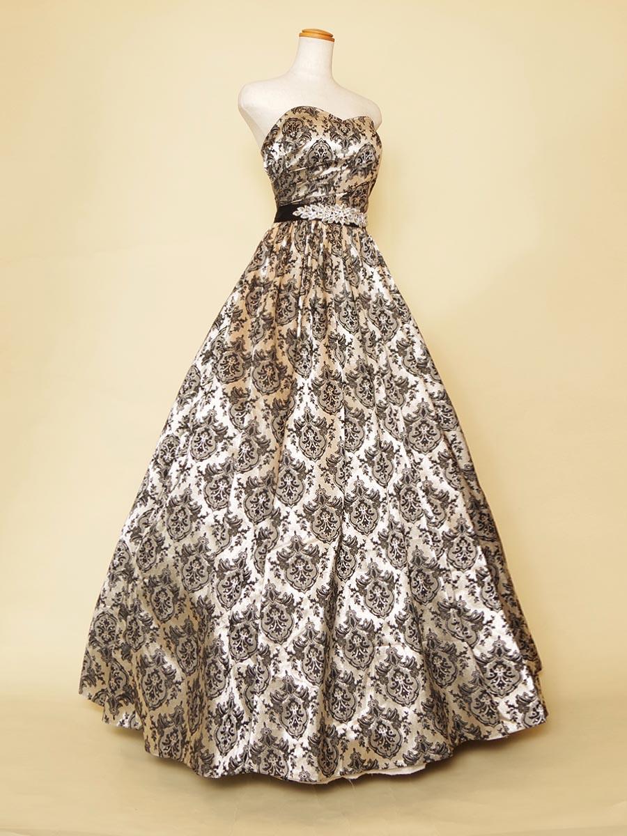 ブラックエンブレムデザインの生地でドレス全体を包み込んだクラシカル演奏会ドレス