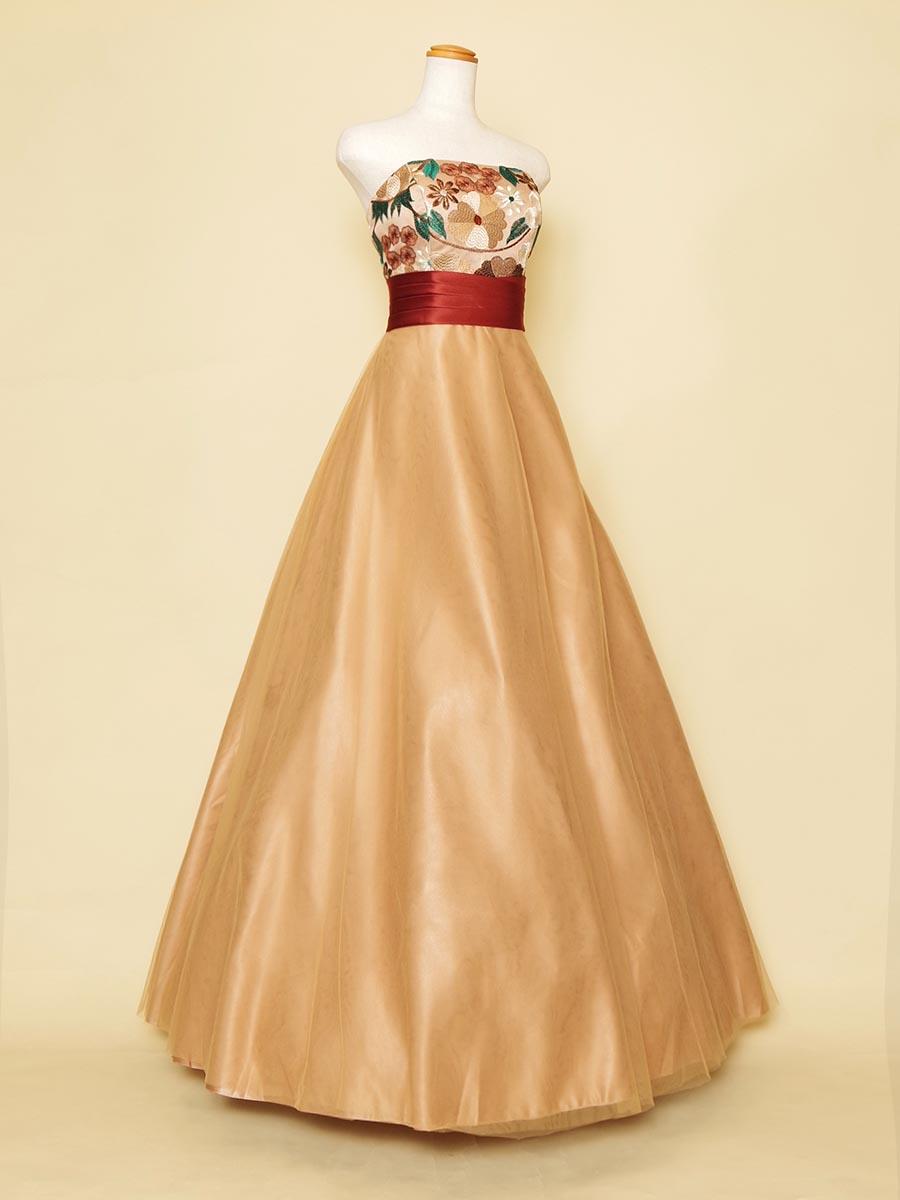 オレンジカラーをベースにした胸元花柄刺繍のAラインシルエットステージドレス