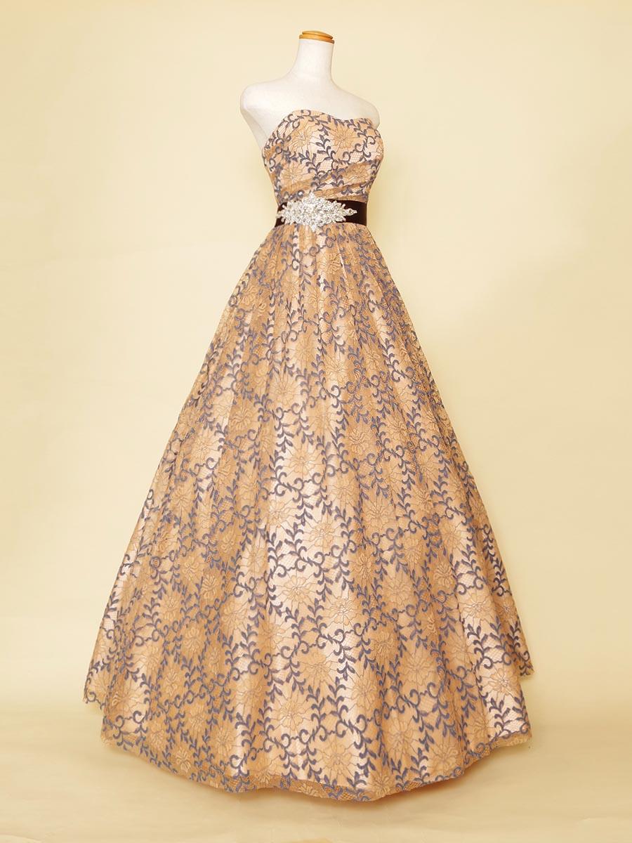 オレンジベージュにブルーのリーフデザイン刺繍を重ね合わせたボリュームが美しいカラーロングドレス