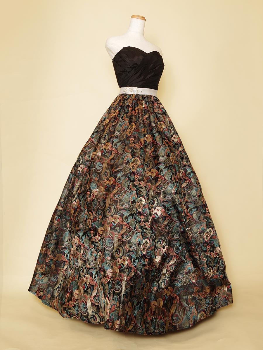 孔雀のような豪華で艶やかな柄生地をスカートに使用した大人っぽさあふれるボリュームカラードレス