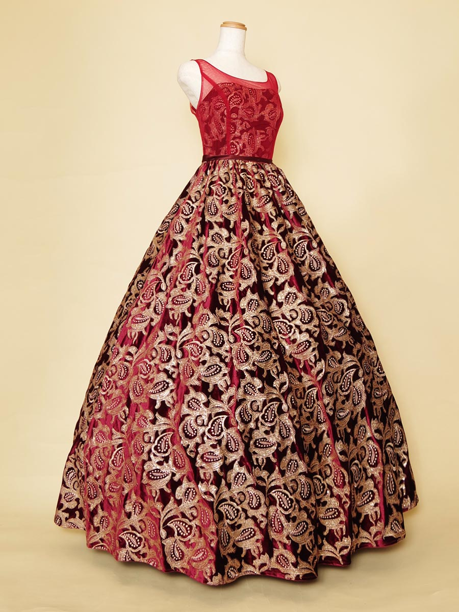 ステージ映え間違いなし!豪華なペイズリー柄が目を惹くボルドーカラードレス